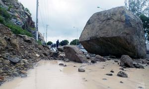 Tảng đá nặng hơn chục tấn rơi từ núi xuống đường