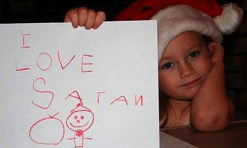 """Trong dịp Giáng sinh, cô bé này đã bày tỏ tình yêu với quỷ Satan thay vì ông già Noel vì viết nhầm chữ """"Santa"""" sang """"Satan""""."""