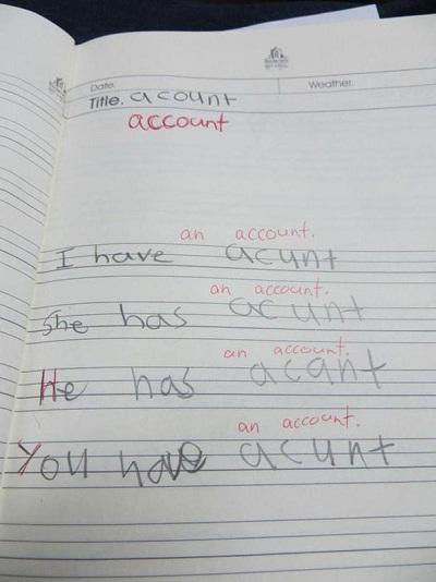 """Đứa trẻ này viết sai tất cả từ """"account"""" (tài khoản) thành những phiên bản khác nhau như """"acount"""", """"acunt"""", """"acant""""."""