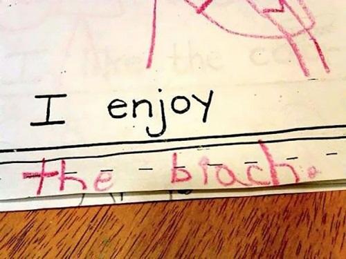 """Điều mà đứa trẻ này muốn diễn đạt là """"Em yêu bãi biển"""" (I love the beach) nhưng không may lại viết sai thành """"I love the biach""""."""