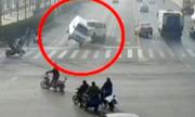 Thủ phạm giấu mặt nhấc bổng ba chiếc xe ở Trung Quốc