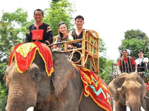 Nụ cười rạng rỡ của đôi tân lang, tân nương trên lưng voi.