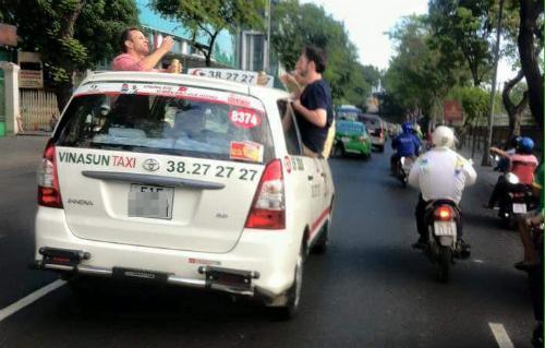 ba-khach-tay-nhau-tren-noc-taxi-dang-chay