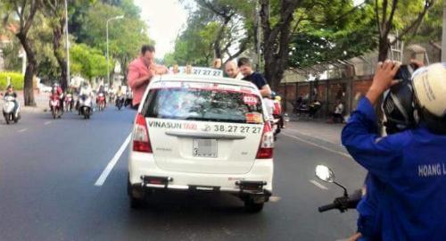 ba-khach-tay-nhau-tren-noc-taxi-dang-chay-1