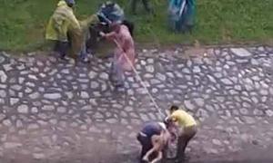 Giải cứu cô gái nhảy sông Tô Lịch giữa trời giá rét