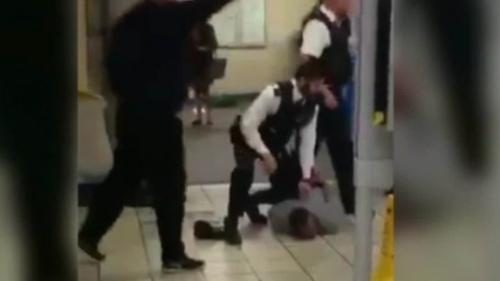Cảnh sát khống chế người đàn ông 29 tuổi bị nghi âm mưu giết người tại ga tàu điện ngầm. Ảnh: CNN