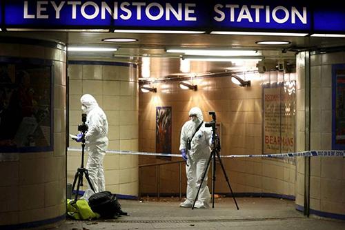 Cảnh sát khám nghiệm hiện trường vụ tấn công tại nhà gaLeytonstone. Ảnh: Reuters