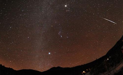 Một vệt sao băng Geminid, chụp bởi tác giả  Jimmy Westlake  (Theo: https://solarsystem.nasa.gov/planets/geminids.cfm)