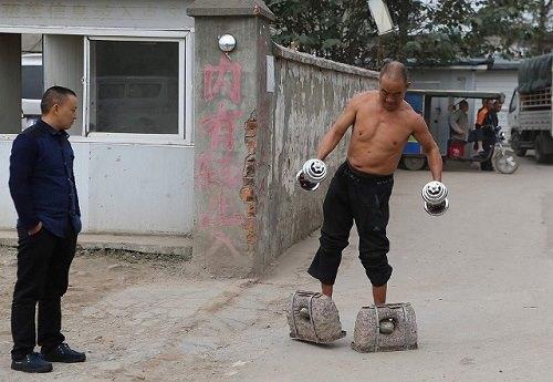 người đàn ông 55 tuổi ở Tứ Xuyên cũng gây chú ý khi đi bộ 200 m mỗi ngày trên đôi giày đá nặng 70 kg