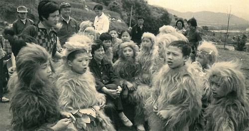 Bầy khỉ con nghịch ngợm ở Hoa Hỏa Sơn.