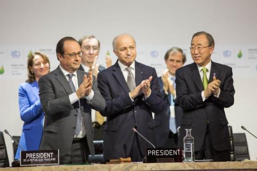 Tổng thống Pháp Francois Hollande (trái), ngoại trưởng Laurent Fabius và Tổng thư ký Liên Hợp Quốc Ban Ki-moon vỗ tay sau khi thoả thuận Paris. Ảnh: UN