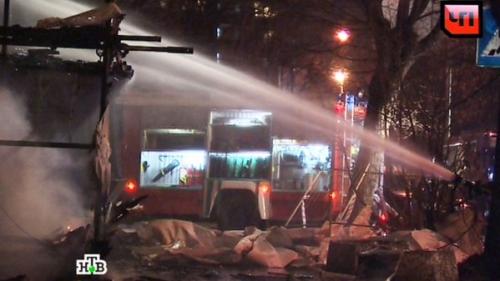 Lực lượng cứu hoả dập lửa tại bệnh viện. Ảnh: Twitter