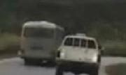 Xe cảnh sát truy đuổi ôtô khách 'điên' trên đường đèo