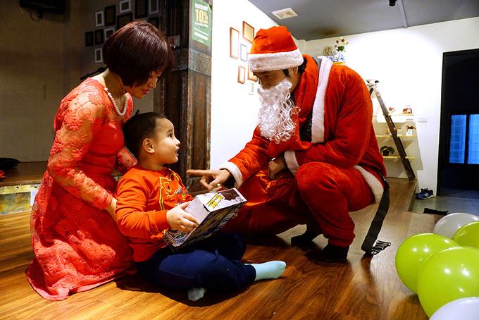Ngày trao quà bận rộn của 'ông già Noel'