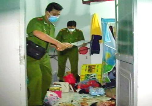 Cảnh sát khám nghiệm hiện trường vụ án mạng. Ảnh: Hồ Nam
