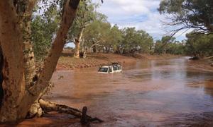 Cuốc bộ 40 km tìm cứu hộ cho đoàn người kẹt trong nước lũ