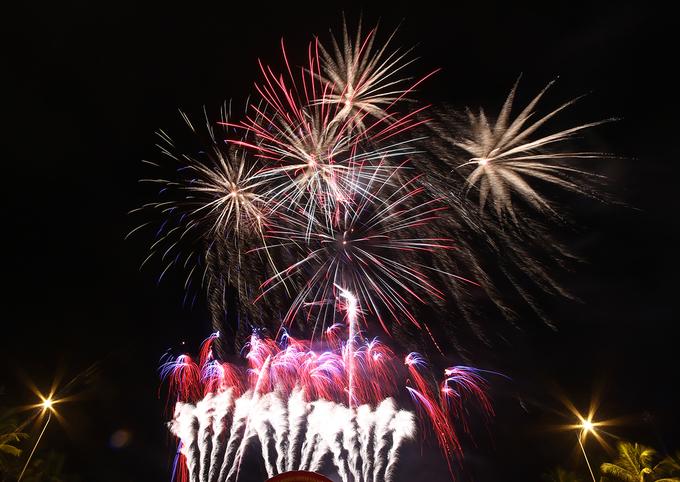 Biển Đà Nẵng rực sáng pháo hoa mừng năm mới