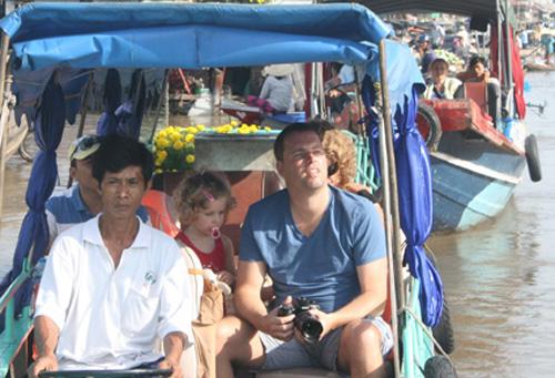Du khách nước ngoài tham quan chợ nổi Cái Răng. Ảnh: Cửu Long