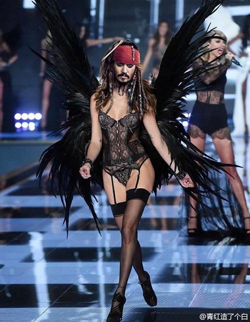 Cướp biển Caribean Jack Sparrow tự tin sải bước trên sàn catwalk.