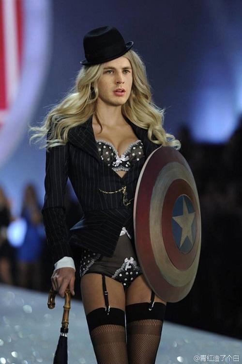 Mở đầu show diễn là người hùng nước Mỹ tự tinvới vẻ đẹp 'phi giới tính' của mình.