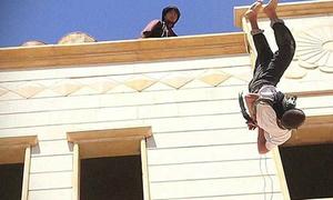 IS thả cậu bé 15 tuổi từ mái nhà xuống vì đồng tính