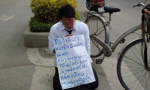 Nam thanh niên quỳ gối, cầm biển xin việc giữa Hà Nội
