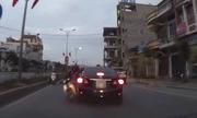 Xe máy đi ngược chiều đâm gãy gương ôtô