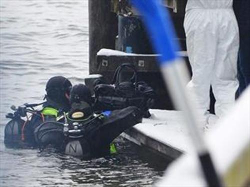 Thợ lặn Áothu thập một số vật chứng liên quan đến vụ việc ở hồTraunsee. Ảnh: Metro