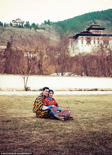 vo-chong-quoc-vuong-bhutan-cho-don-hoang-tu-be