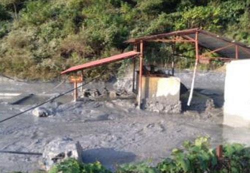 Hiện trường vụ vỡ bể chứa thải ở Cao Bằng. Ảnh: TTXVN