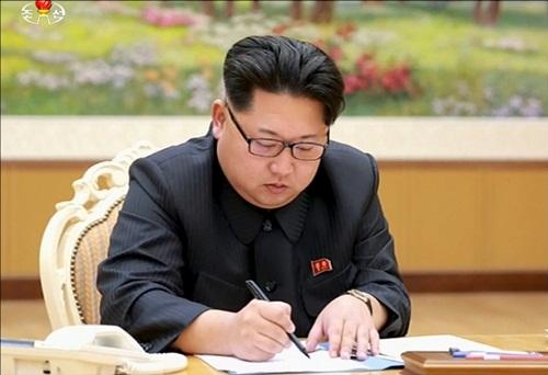 Lãnh đạo Triều Tiên Kim Jong-un ký quyết định thử hạt nhân. Ảnh: KRT