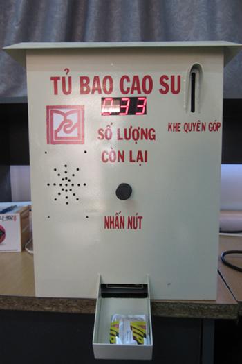 sinh-vien-da-nang-che-tao-may-phat-bao-cao-su-mien-phi