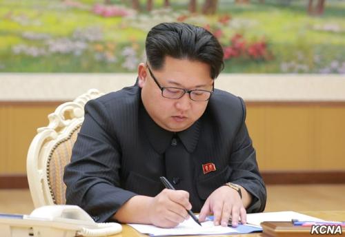 Lãnh đạo Triều Tiên ký quyết định thử hạt nhân. Ảnh: KCNA