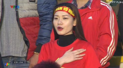 co-gai-say-sua-hat-quoc-ca-cung-u23-viet-nam-gay-sot-cong-dong