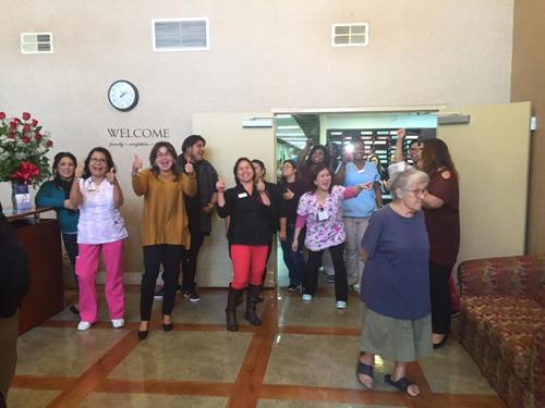 Các nhân viên tạiiện dưỡng lãoPark Avenue, thành phốPomona, vui mừng khi biết tin một đồng nghiệp trúng số Powerball. Ảnh: NY Daily News