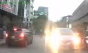 Tài xế xe Santa Fe liên tục nháy đèn pha chói mắt trên phố