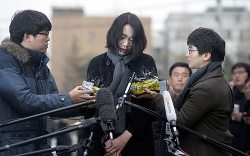 Cho Hyun-ah xin lỗi dư luận trước văn phòng Ban điều tra Sự cố Hàng không và Đường sắt ở Seoul. Ảnh: Reuters