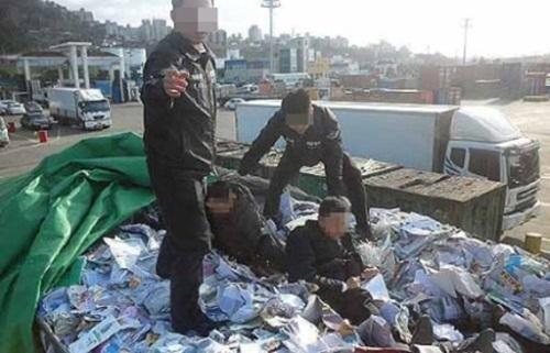 Giới chức Hàn Quốc bắt giữ người nước ngoài trong một vụ trốn trong xe chở phế liệu để lên phà từ Jeju vào đất liền. Ảnh: JejuIlbo