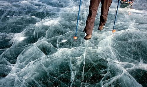 To be on thin ice - at risk of annoying someone: đứng trên tảng băng mỏng; hàm ý rủi ro, sắp sửa khiến ai bực mình Ex. Im warning you, youre on thin ice. (Tôi cảnh báo, tôi sắp bực mình vì anh rồi đấy)