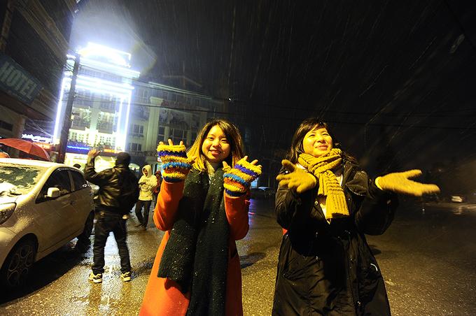 Bạn trẻ reo hò tạo hình tuyết ở Sa Pa