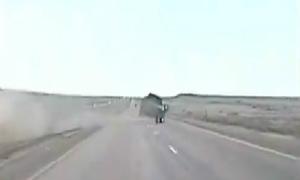 Màn chạy trốn bất chấp tất cả của xe bán tải