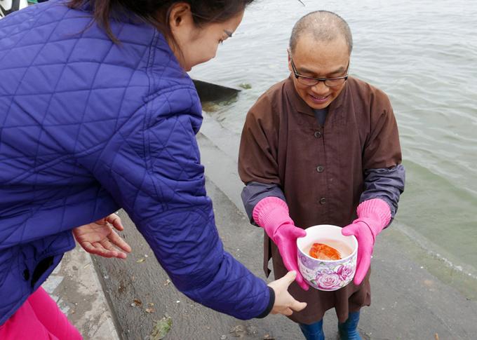 Nhà sư thuyết phục người dân thả cá chép không túi nylon