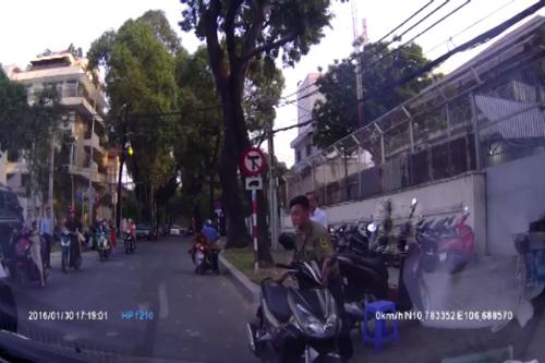 nguoi-dan-ong-suyt-chet-vi-va-cham-xe-may-4
