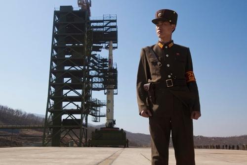 Tên lửa Unha-3 của Triều Tiên tại bãi phóng ở Tongchang-ri, phía tây Triều Tiên, năm 2012. Ảnh: AP.