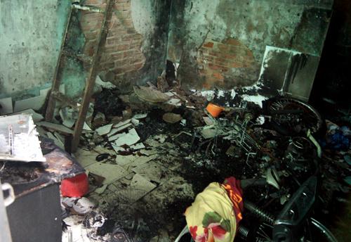 Đám cháy thiêu rụi nhiều tài sản trong phòng trọ. Ảnh: Nguyệt Triều