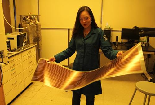 Pin năng lượng mặt trời làm từ chất nhựa dẫn điện Nghiên cứu trong phòng thí nghiệm của Giáo sư .