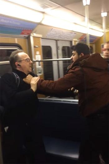 Người đàn ông lớn tuổi bị túm cổ trên tàu điện ngầm. Ảnh:The Sun