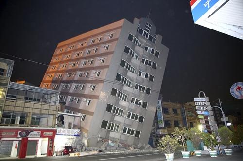 Một tòa nhà ở Đài Nam bị hư hại sau trận động đất. Ảnh: Reuters.