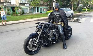 Người Dơi đi 'siêu' môtô giữa phố Sài Gòn