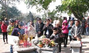 Người dân đi lễ cầu an